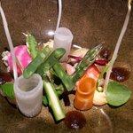 Koningskrab met gemarineerde en gepekelde groenten, kokos en pinda, Oosterse vinaigrette.