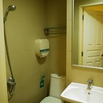 シャワーカーテンのない狭いバスルーム