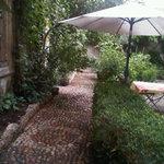 Jardin avec calade en galets