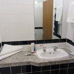 Bagno, molto pulito. Il lavandino davvero microscopico. Bisogna chiudere la porta per accedervi.