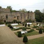Un cocktail dans le jardin médiéval du chateau de la Flocelliere