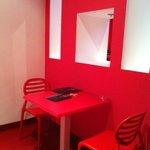 La entrada de la habitación con la mesa y las sillas