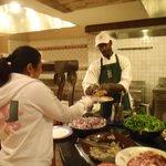 La comida muy buena y variada y el chef me hacia un plato distinto cada dia a mi gusto
