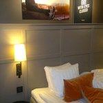 Картины над кроватью - в каждом номере со словами из песни.