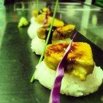 Niguiris de foie de pato caramelizado , salsa de miso dulce mango con jengibre