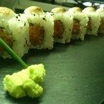 Uramaki de tártaro de salmón gratinado