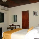 Nuestras habitaciones son alfombradas y cuidadosamente equipadas para su comodidad