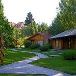 Aspecto exterior de algunas cabañas, paseos y jardín