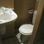 トイレ狭いです。ペーパーはあるのですが日本から持ってきたもの使用