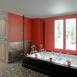 Private spa of Pavillon d'Amour - double bubble tub