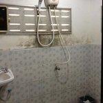 mögel på väggen i badrummet.