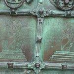 Particolare del portale in bronzo