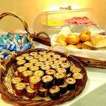 Pane e marmellata, biscotti e fette biscottate