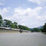 【京都御所】 広大な敷地内では緑豊かな自然に癒されます。