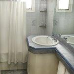 Baño con bañadera y ducha