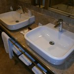 I due lavandini nel bagno