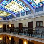 Il lucernaio in stile liberty con le porte delle stanze