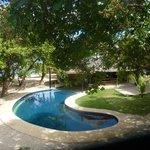 Вид на бассейн с веранды номера