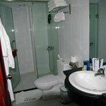 Salle de bain avec peignoirs