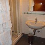 il bagno con phon/acqua calda in doccia/cambio asciugamani