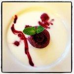 Sopa de Yoghurt con helado de cereza y frutos rojos