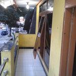 ruang balcony yang menghadap jalan raya dan jendela yang boleh di buka luas dengan udaranya yang