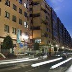 Fachada del hotel,con la entrada principal en una de las calles más dinámicas del centro gijón