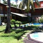 Área interna do hotel e piscina.