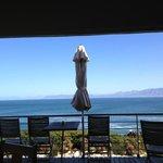 Blick aus dem Essbereich über die Terrasse auf den indischen Ozean