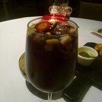 Bebida con frutas (manzana y fresa) y un toque de vino tinto.
