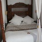 Détail du lit à balqdquin de L'Amante