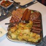 plat avec assortiment de viandes et légumes