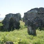 Niet benoemde moskee ruine met zee op de achtergrond