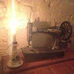 cena a lume di candela e antica macchina da cucire
