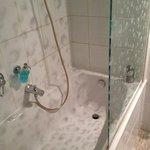 душ не очень удобный - много брызг