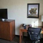 Schreibtisch und Flachbildfernseher