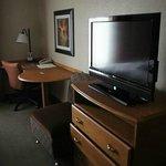 enger Bereich mit Schreibtisch, Stuhl und Sessel