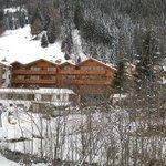 l'hotel visto dalla collina oltre il ruscello