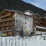 l'hotel visto dalla collina oltre il ruscello 2