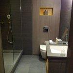 Une grande salle de bain