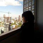 valeria mirando la ciudad