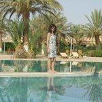 amplia piscina y hermoso parque