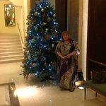 El bello árbol de Navidad del hall central