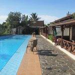Les chambres bordent la piscine