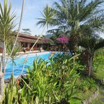 Vue sur la villa du chemin qui borde la piscine