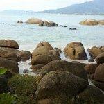 pas de plage. juste des rochers