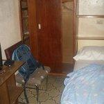 la chambre minuscule et sale