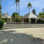 Blick vom Strand auf Pool, Restaurant