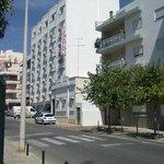 het hotel aan de straatkant