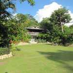 De tuin en de veranda van het restaurant